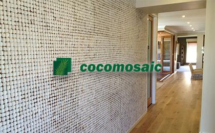 le parement bois cocomosaic installé pour décorer le mur d'un couloir